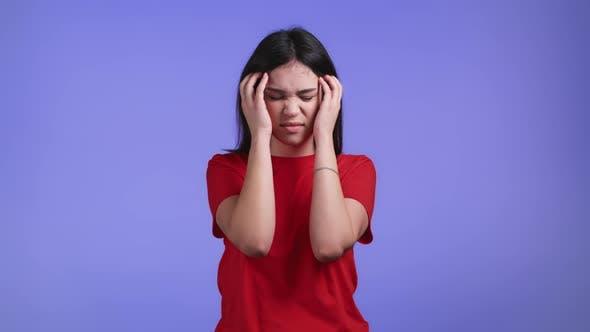 Portrait de femme ayant mal de tête Violet Studio Portrait