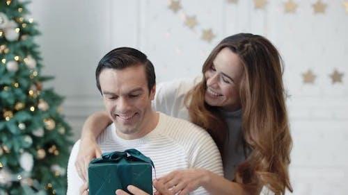 Gai Man Obtenir un cadeau de Nouvel An dans la maison de luxe