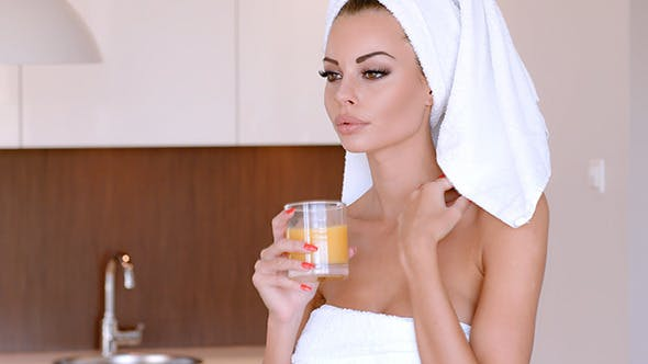 Sexy Frau trinken frisch Orangensaft