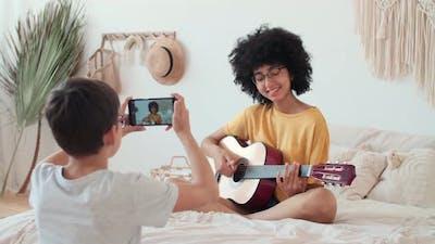 Bloggers Musicians Record a Lesson Using a Smartphone