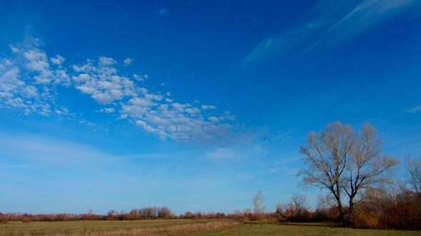 Wolken bewegen sich über Herbstfeld