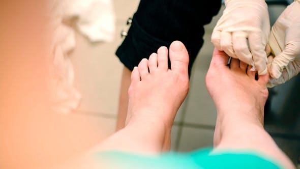 Thumbnail for Weibliche Füße unter Pediküre