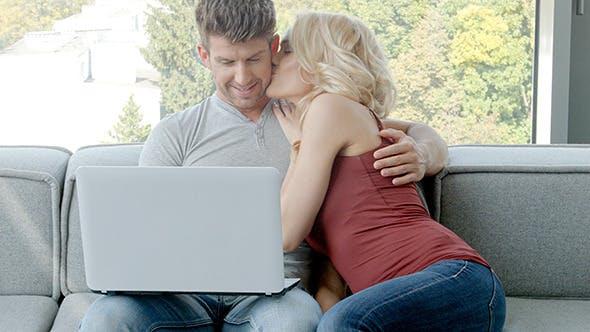 Thumbnail for junges paar sitzen auf couch mit laptop