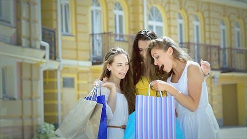 drei niedliche Mädchen sitzen zu diskutieren die ausgewählte