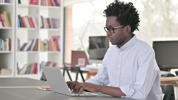 Thumbnail for Hombre africano de pie y dejar el lugar de trabajo