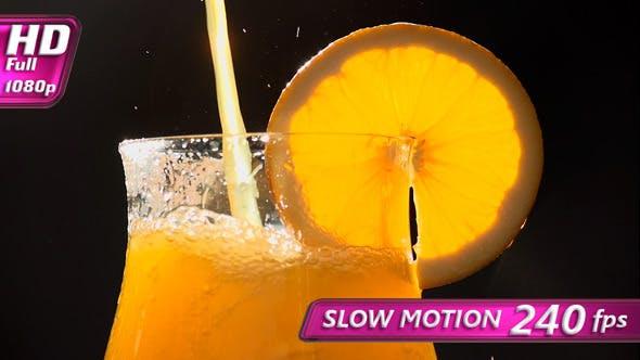 Glas gefüllt mit Orangensaft