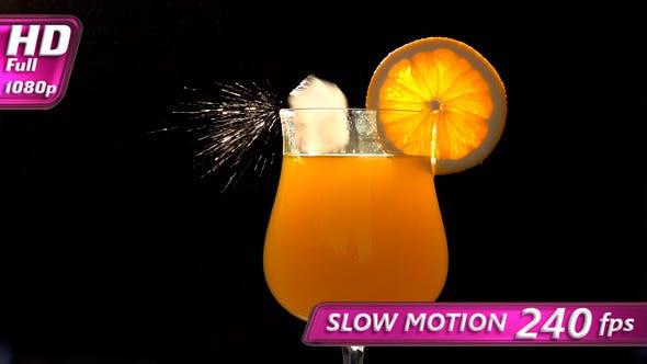 Eiswürfel in Orangensaft
