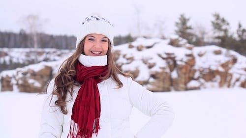 Winter Mädchen kommen zurück