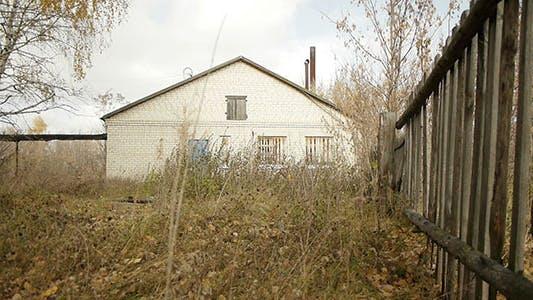 Thumbnail for Holzzaun und verlassene Dorfgebäude