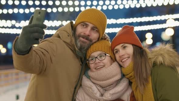 Fröhliche Familie nimmt Selfie auf dem Smartphone