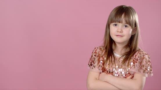 Thumbnail for Nahaufnahme Shot of Beautiful Blonde Caucasian Little Girl tragen Pailletten Kleid