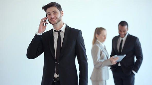 Geschäftsmann spricht am Telefon und hört gute Nachrichten