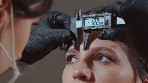 Meister der Augenbrauenkorrektur macht Augenbrauen