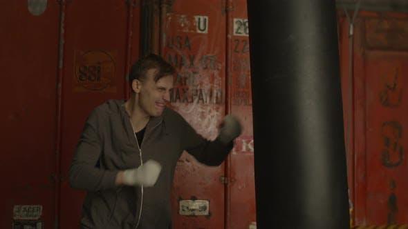 Thumbnail for Erschöpfter Boxer, der eine Pause vom Boxtraining macht