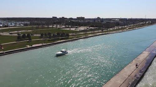 Luftbild Weißes Boot auf einem Kanal in Lake Michigan in Illinois