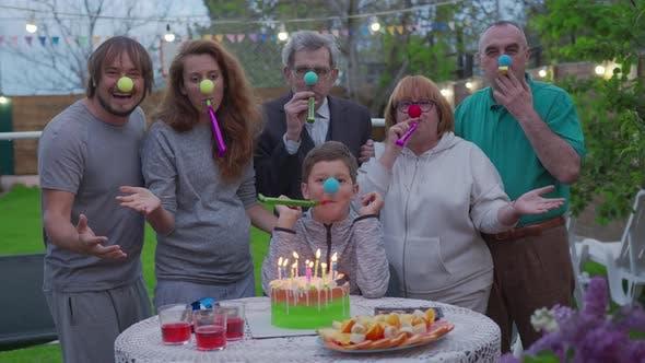 Thumbnail for Happy Little Boy feiert ihren Geburtstag mit Familie