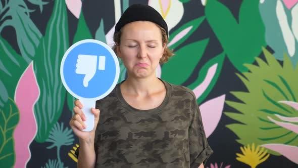 Thumbnail for Frau zeigt Ablehnung Zeichen, gibt Daumen nach unten und Ablehnung Geste