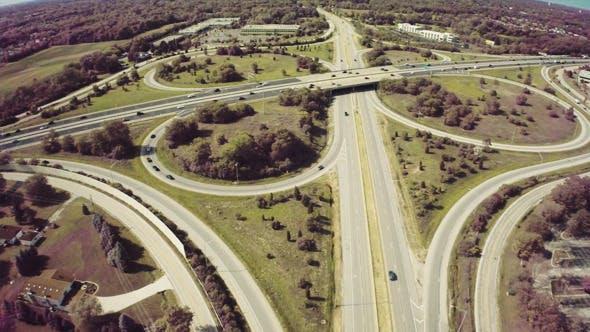 Thumbnail for Fliegen über dem Verkehr auf der Autobahn
