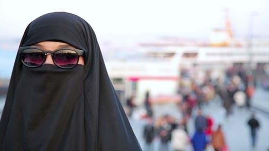 Frau mit Chador, Hijab tragen Sonnenbrille 1