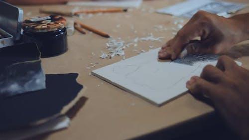 Männlicher Künstler macht einen Linolschnitt