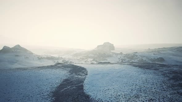Антарктические горы со снегом в тумане