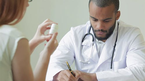 Un médecin résolu écrit le diagnostic