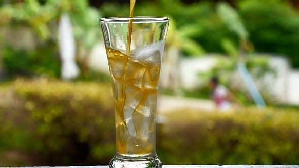 Gießen Saft im Glas