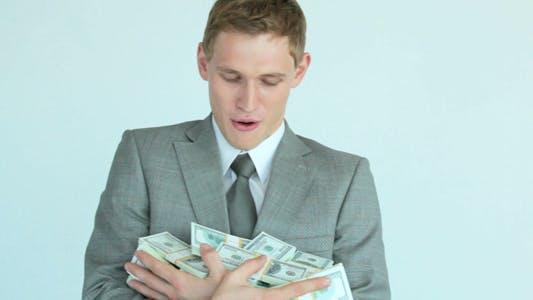 Thumbnail for Geschäftsmann mit Dollar Rechnungen Blick auf Kamera