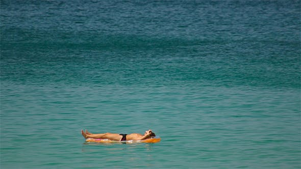 Cover Image for Sunbathes in Ocean