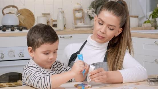 Kleiner Junge Dekorieren Lebkuchen Kekse Mutter Zuckerguss Zusammen Küche Zeitlupe