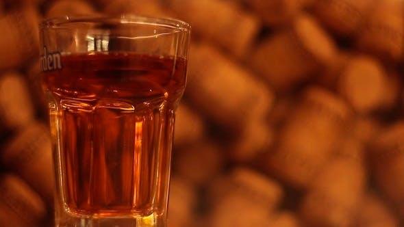 Whisky in Glas gießen
