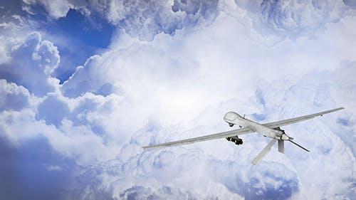 Predator Drohne Fliegen in den Wolken