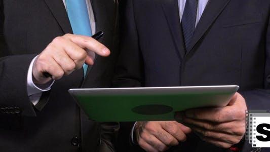 Thumbnail for Geschäftsleute arbeiten auf Tablet