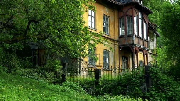 Thumbnail for Ein altmodisches Haus am Rande eines Waldes
