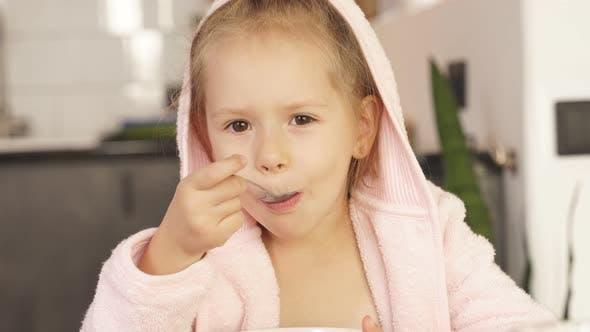 Kleines Mädchen isst Brei