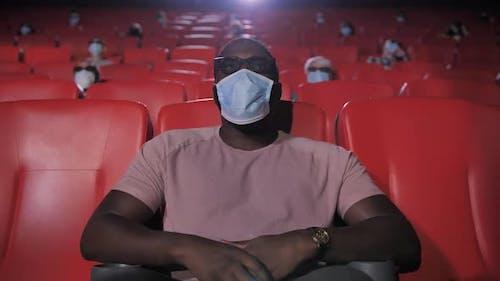 Porträt von maskierten Afroamerikaner Mann im Kino