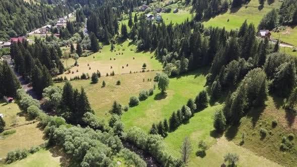 Malerische Luftaufnahme der ländlichen Berggegend