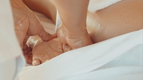 Massage Von Handfläche Und Finger In Beauty Spa