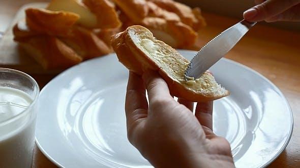 Thumbnail for Butter auf französischem Baguette verteilen