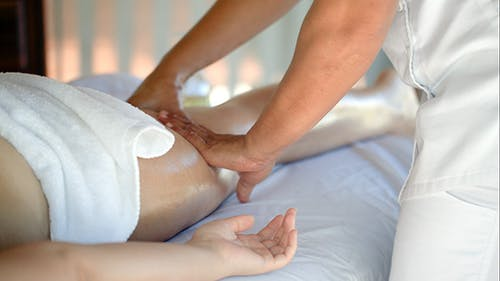 Frau immer Massage Behandlung in Beauty Spa