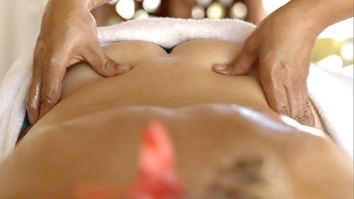Professionelle Rückenmassage im Beauty Spa