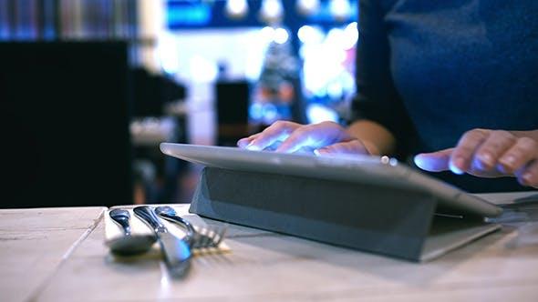 Thumbnail for Frau Eingabe Nachricht oder E-Mail auf Pad In Cafe