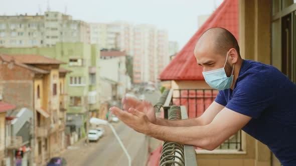 Homme sur balcon applaudissements en soutien aux médecins