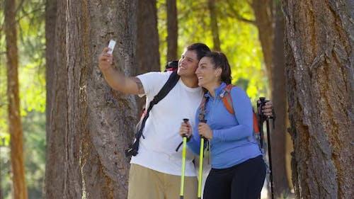 Paar Wandern im Freien stoppen, um Selfie zu nehmen
