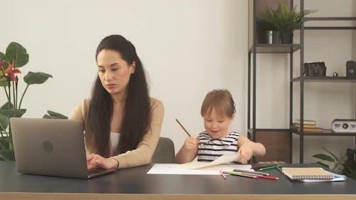 Mutter versucht mit kleiner Tochter von zu Hause aus zu arbeiten