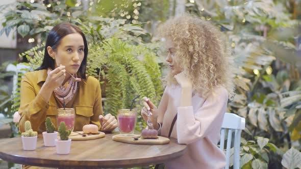 Thumbnail for Freundinnen mit Desserts und Getränken im Pflanzen-Restaurant