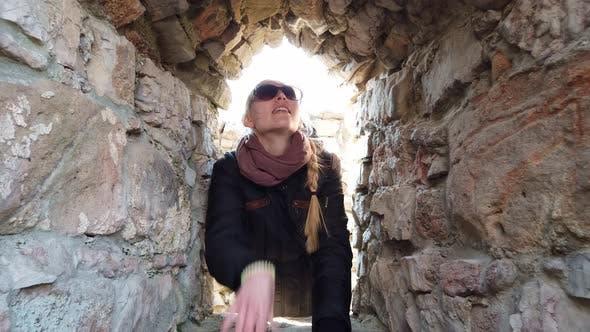 Fille inspecter les murs d'un vieux château en Europe.