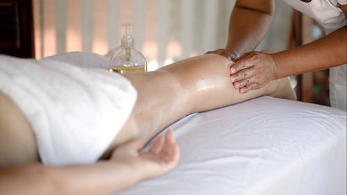 Frau immer Massage Behandlung in Beautiful Spa