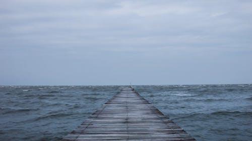 Holzbrücke im Meer