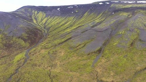 Fliegen über ein Vulkanfeld mit lebendigem grünem Moos in Island